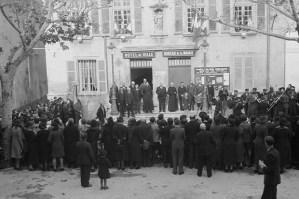 Le cours. Devant la mairie : la musique joue la Marseillaise Photo Marcel Maget—Phw-f-371-5 © Mucem