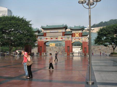 Das Stadtzentrum von Chongqing ist nur frühmorgens so menschenleer wie auf diesem Foto. Sonst herrscht - wie überall in China - sehr dichtes Gedränge. (Foto: Hansjörg Dühning)