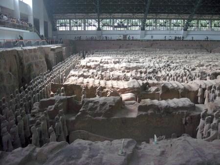 Nicht nur über der Hauptgrube, sondern auch den anderen Grabungsplätzen hat man zum Schutz der historischen Artefakte Hallen errichtet, die ihrerseits schon von architektonischem Interesse sind. Die Haupthalle besitzt eine 200 Meter lange Aluminiumdecke. (Foto: Hansjörg Dühning)