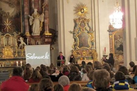 Frau Geilen und Frau Hügle bei den Fürbitten im Gottesdienst