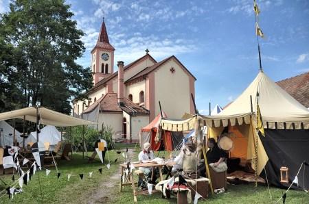 "Heerlager der ""Ritter der Welfen"" auf dem Kirchplatz bei der St. Andreas-Kirche Oberlauchringen am 4. August 2012 (Foto: Martin Dühning)."
