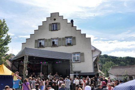 Auch am zweiten Tag des mittelalterlichen Dorffestes in Oberlauchringen war sommerlich-heißes Wetter (Foto: Martin Dühning).