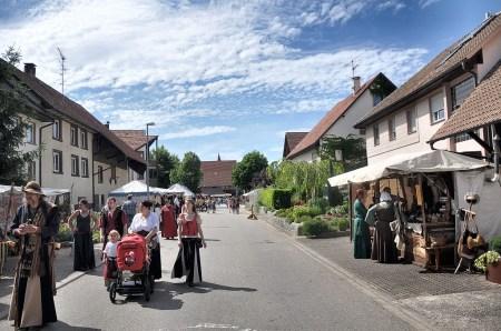 Gewandete fliehen die Sommerhitze in der Kirchstraße Oberlauchringen (Foto: Martin Dühning).