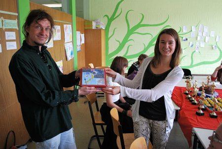 Chefredakteurin Jana Zimmermann überreicht dem Phoenix-Betreuer ein Neuseeland-Abschiedsgeschenk. (Foto: Gerhard Behnke)