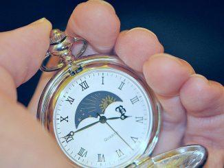 Die Taschenuhr: Heute mag sie für Romantik stehen, doch mit ihr entstand in der frühen Neuzeit unser heutiges, quantitatives Zeitverständnis. Freilich, im Vergleich mit Atomuhren machen Taschenuhren einen sehr gemächlichen Eindruck. Doch ihr Tick-tack bleibt symptomatisch. (Foto: Martin Dühning)