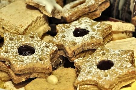 Selbstgebackene Springerle, Marzipanherzen und - neu - sternförmige Spitzbuben zieren den Weihnachtsteller. Nur der Nürnberger Lebkuchen war einfach nicht geliefert worden und fehlte 2014. (Foto: Martin Dühning)