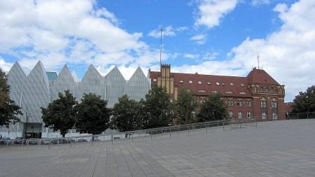 Die Philharmonie Stettin gleicht einer Aneinanderreihung von Wellblechcontainern - und erhielt 2014 dennoch einen hochdortierten Kunstpreis für moderne Architektur (Foto: Martin Dühning)