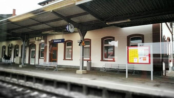 Nicht immer geht es am Waldshuter Bahnhof so friedlich zu wie auf diesem Bild ohne Leute (Foto: Martin Dühning)