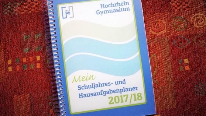 Der Hausaufgabenplaner 2017/2018 am HGWT - mit einem formal eher dezenten, aber farbigen Niarts-Cover.