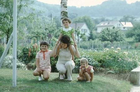 Ursula spielt mit ihren kleinen Cousinen, um 1968 (Foto: Peter Dühning)
