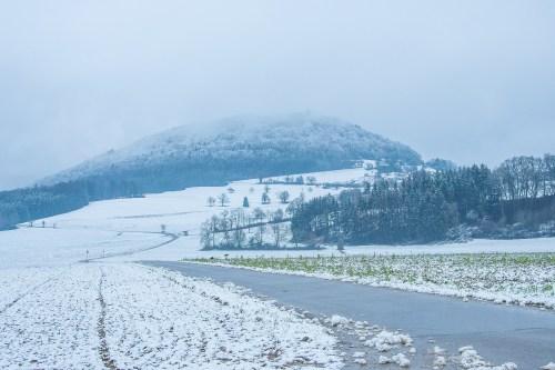 Der Küssaberg im Schneenebel (Foto: Martin Dühning)