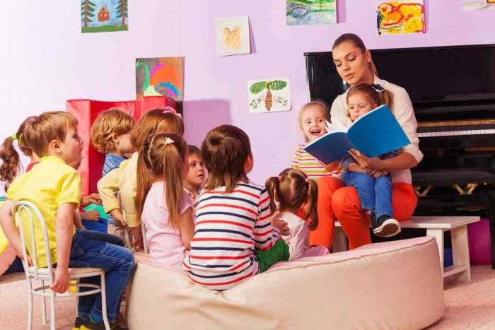 Groupe de jeunes enfants sensibilisés à l'anglais par une intervenante