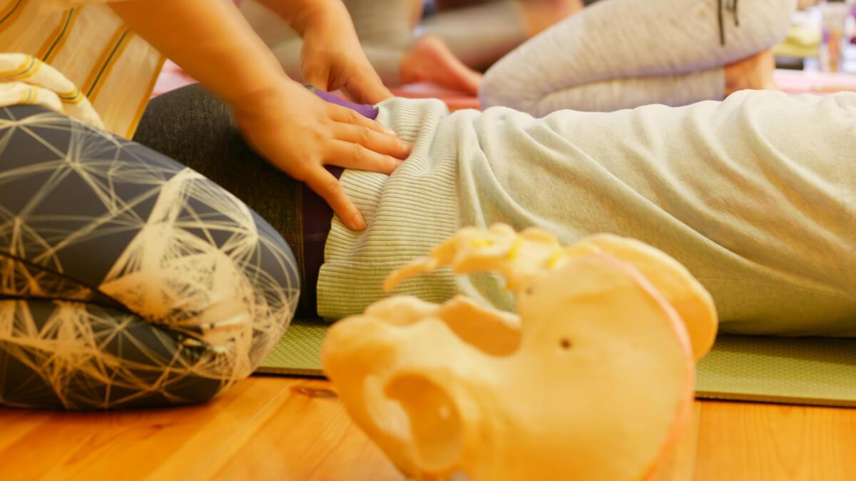 内田かつのり先生の骨盤セラピーの様子。骨盤の触察の練習をしている生徒さん
