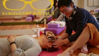 ヨガ解剖学講師内田かつのり先生が生徒さんの頭を指圧している様子