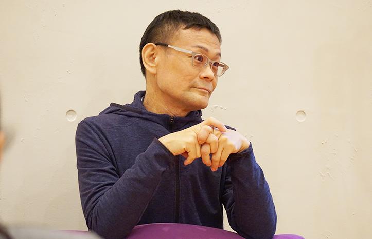 内田かつのり先生が解剖学講座で生徒さんを見守っている