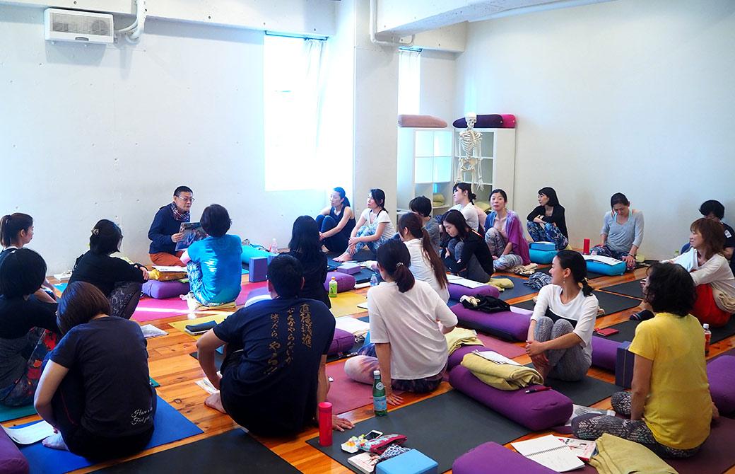 内田先生のシニアヨガ指導者養成講座の講座風景