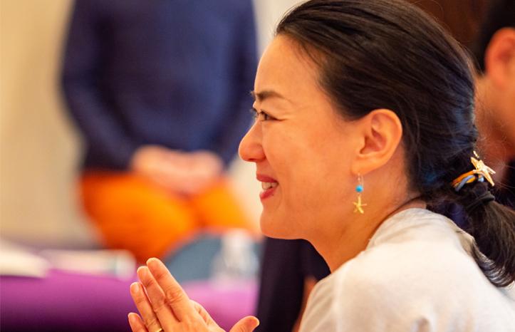ヨガ解剖学講師内田かつのり先生のシニアヨガ指導者養成講座の様子。傾聴(けいちょ)を意識して会話をしている生徒さんの様子