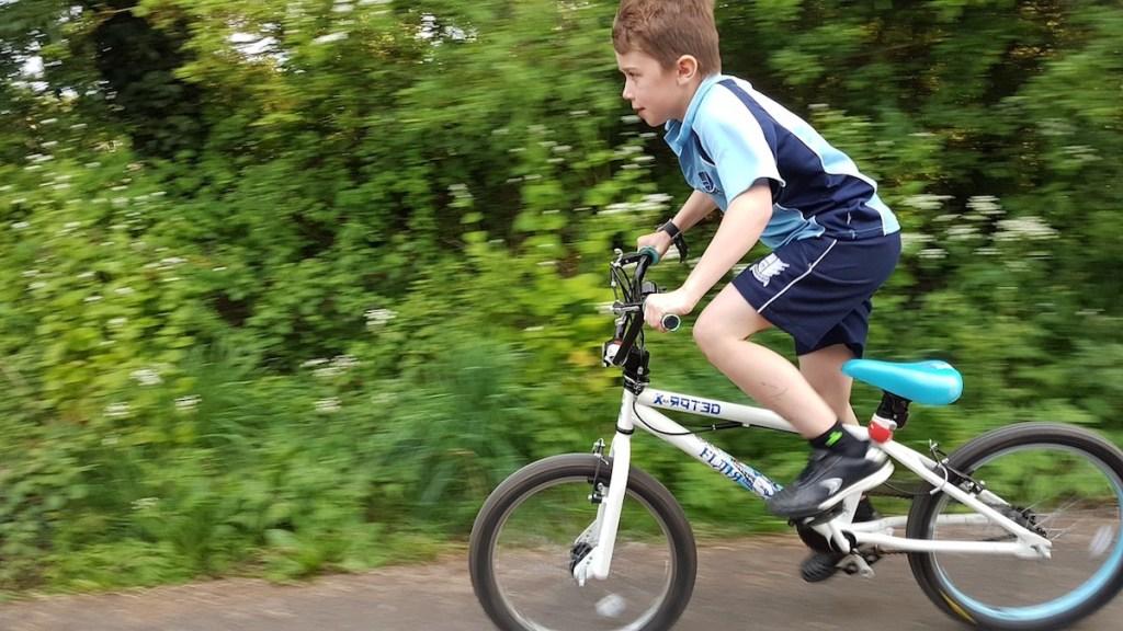 Nu traversați pe bicicletă la trecerea de pietoni!!