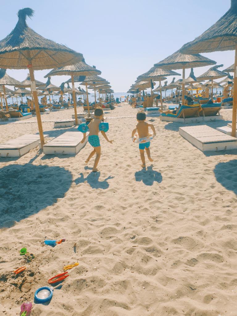 la plaja cu doi copii