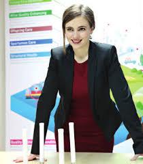 """La fundadora y directora de Libelium, la española Alicia Asín Pérez, ha ganado el segundo premio europeo para mujeres innovadoras de 2018, que le fue entregado por el comisario europeo de Investigación, Carlos Moedas. Este premio, dotado con 50.000 euros, se otorga a Alicia Asín por su empresa Libelium, que diseña y fabrica hardware para redes sensoriales con destino a las llamadas """"ciudades inteligentes"""" o """"smartcities"""". El primer premio, dotado con 100.000 euros, fue para la italiana Gabriella Colucci, fundadora de la empresa biotecnológica Arterra Bioscience que se dedica a la producción de componentes activos para usos industriales. La austríaca Walburga Fröhlich ganó el tercer premio, con una dotación de 30.000 euros, por su empresa Atempo que crea bienes y servicios que permiten a las personas con deficiencia de aprendizaje incorporarse al mercado laboral. El premio Joven Innovadora, de 20.000 euros, fue para Karen Dolva, la empresaria noruega que fundó No Isolation que tiene como fin la creación de dispositivos de comunicación personalizados para grupos socialmente aislados. El comisario europeo de Investigación, Ciencia e Innovación, Carlos Moedas, describió a las cuatro ganadoras como """"mujeres inspiradoras"""" que han logrado triunfar en el mercado y mejorar la vida de las personas. """"Estos premios tienen otro objetivo y es el de inspirar a nuevas generaciones de mujeres emprendedoras. La participación y contribución en la investigación e innovación es fundamental para el crecimiento de Europa"""", dijo el comisario. Se trata de la quinta edición de estos premios que tienen como objetivo concienciar a la opinión pública sobre la necesidad de una participación más activa de la mujer en la innovación empresarial, ya que sólo el 31% de los empresarios en la Unión Europea (UE) son mujeres. LIBELIUM CONSIGUE UNA LECHUGA CON RESIDUOS CERO  En un pueblo italiano cercano a Nápoles, una pequeña empresa agrícola comercializa lechugas con residuos cero gracias a la tecnologí"""