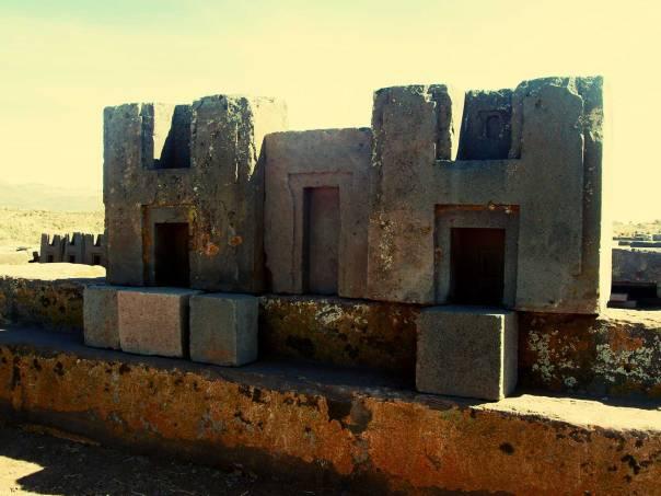Puma Punku es uno de los lugares más importantes si usted quiere ver lo que el hombre antiguo era capaz de hacer. Estas estructuras de piedra se encuentran entre los más grandes que se ha encontrado.