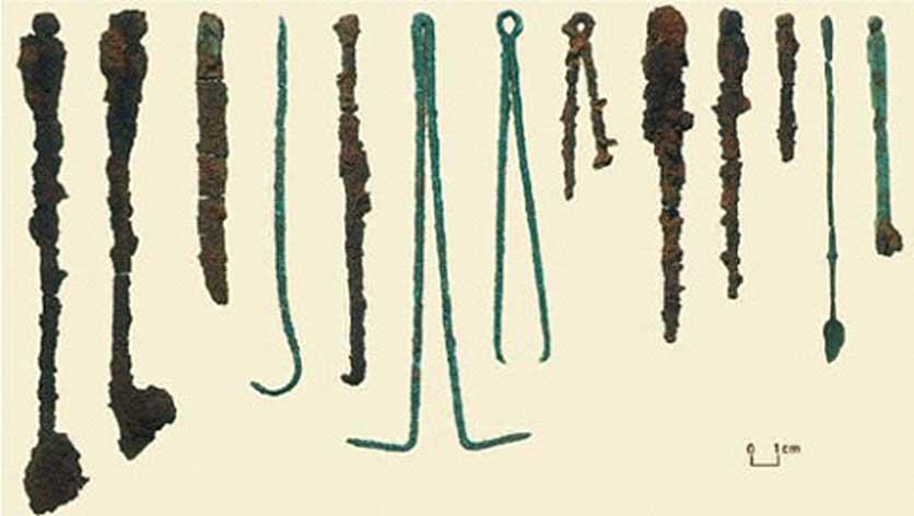 Instrumental quirúrgico hallado en la tumba. (Public Domain)