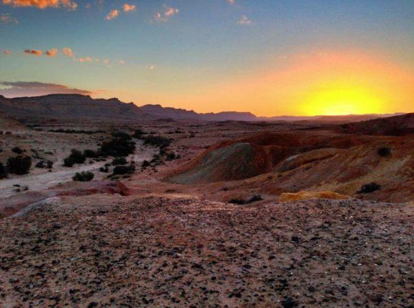Puesta de sol en el desierto del Néguev, cerca de Yeruham, Israel (Public Domain)