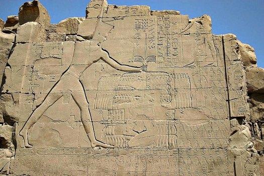Bajorrelieve de Tutmosis III dominando a sus enemigos. Pilono del templo de Karnak en Egipto. (Public Domain)