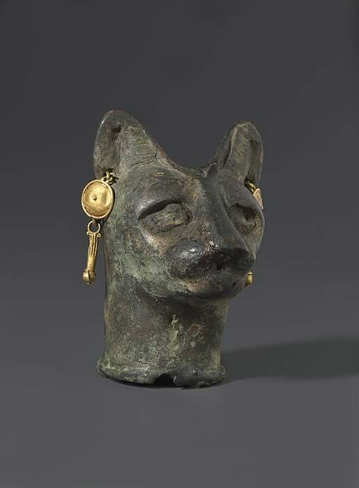 Cabeza de gato fundida en bronce y adornada con ornamentos de oro, 30 a. C. – III d. C. (Museo de Brooklyn/Public Domain)