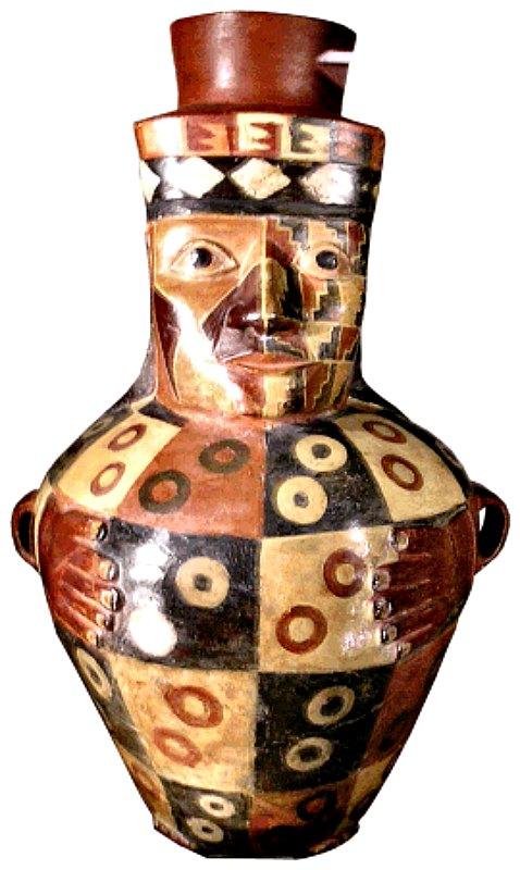 Además de los esqueletos de las 6 mujeres también se recuperaron valiosos fragmentos de cerámica que pertenecerían a las culturas Cajamarca, Huari y Mochica, además de a estilos diversos de la costa central, como Pachacámac y Sechín. En la imagen un cántaro ceremonial Huari. (Haylli-CC BY-SA 2.0)