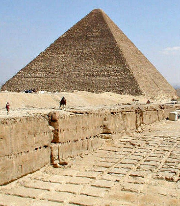 Canteras de la meseta de Guiza, con restos de extracción de bloques. Al fondo, la Gran Pirámide, cuya estructura se compone de 2,3 millones de rocas, con pesos que van desde 2 hasta 40 toneladas. (Public Domain).