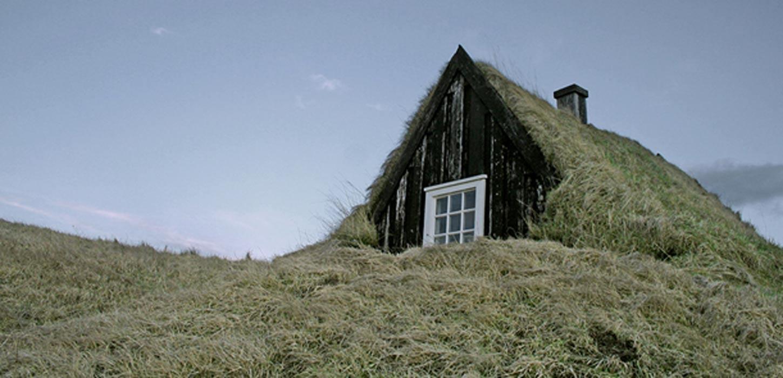 Típica casa de turba islandesa con un 'gafli' de madera. (CC BY 2.0)