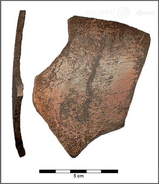 Vistas frontal y lateral de un fragmento de cerámica tiburón liso recuperado en el yacimiento de La Pintada. (Fotografía: Eréndira Barragán/INAH).