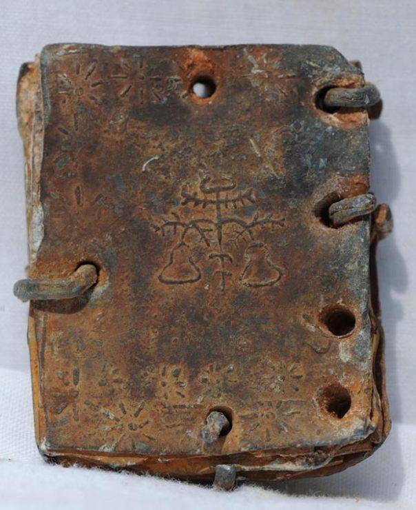 Símbolos en uno de los códices de plomo. (© David Elkington)