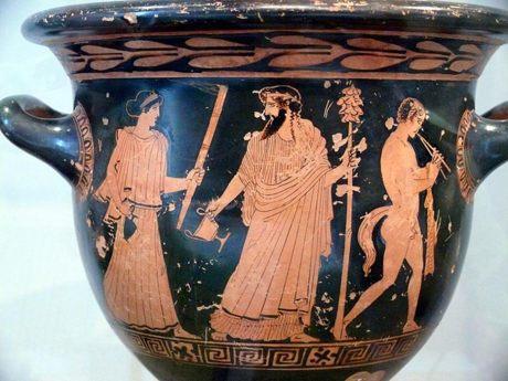 La figura central de esta vasija decorada representa a Dionisos empuñando un Tirso. (Public Domain)