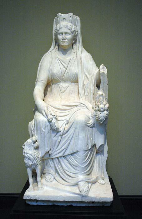 Cibeles sentada en su trono, con su león, su cornucopia y su corona mural. Mármol romano. (Dominio público)