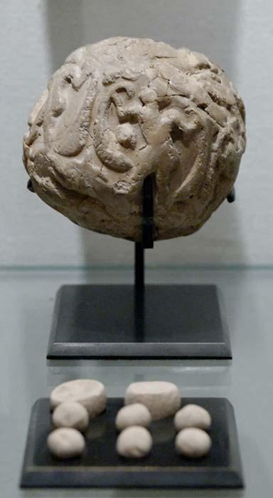 Envoltura globular con un conjunto de contadores o fichas para registrar un número. Arcilla, período de Uruk. Hallada en la Acrópolis de Susa. (Dominio público)