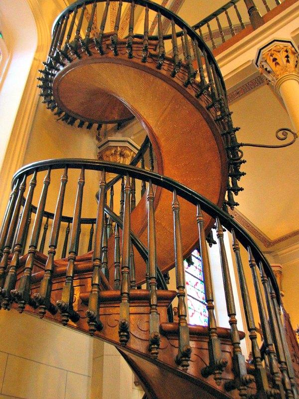 La escalera de Santa Fe no sólo fue construida sin herramientas eléctricas ni clavo alguno, sino que la obra entera carece de cola u otros adhesivos, valiéndose únicamente de técnicas de encastre para consolidar su estructura. (Public Domain)