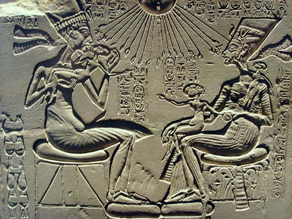 Relieve en caliza que probablemente formaba parte de un altar de adoración familiar y en el que podemos ver a Akenatón y Nefertiti junto a tres de sus hijas. (Public Domain)