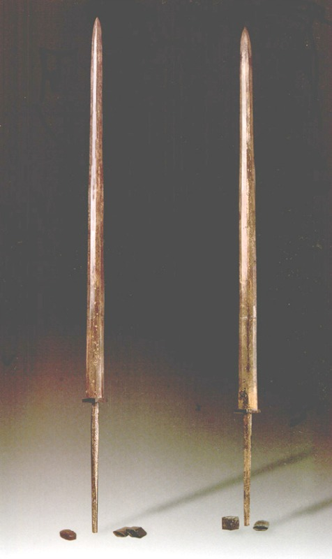 Después de haber permanecido enterradas durante más de 2.200 años, estas espadas de bronce aún brillaban como nuevas y estaban muy afiladas. (Fotografía: La Gran Época)
