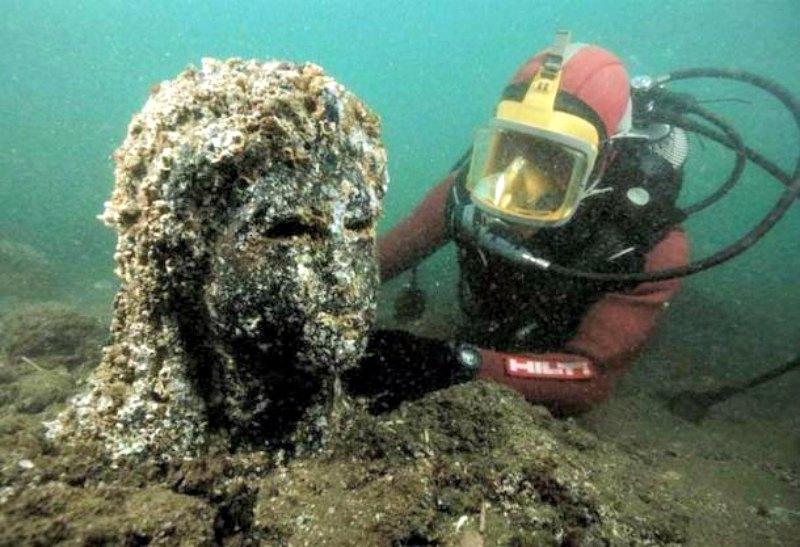 Descubrimiento de una estatua en el transcurso de una expedición submarina, Alejandría, Egipto (Fotografía: IMGUR)