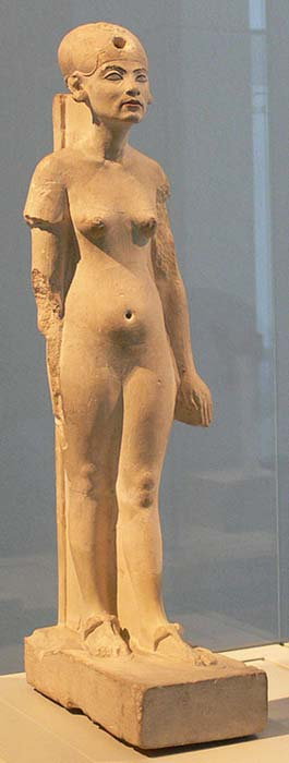 Nefertiti de pie, o quizás caminando. Estatua de piedra caliza. (Public Domain)