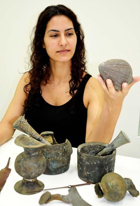 Una empleada de la Autoridad de Antigüedades de Israel examina los hallazgos. (Fotografía: Amir Gorzalczany, Autoridad de Antigüedades de Israel)
