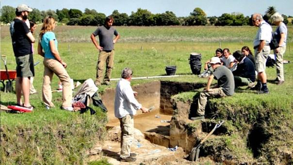 Gustavo Politis, en el centro y de espaldas, dirigiendo los trabajos en las excavaciones del yacimiento arqueológico Arroyo Seco 2. (Fotografía: Noticias de la Ciencia/Gustavo Politis)