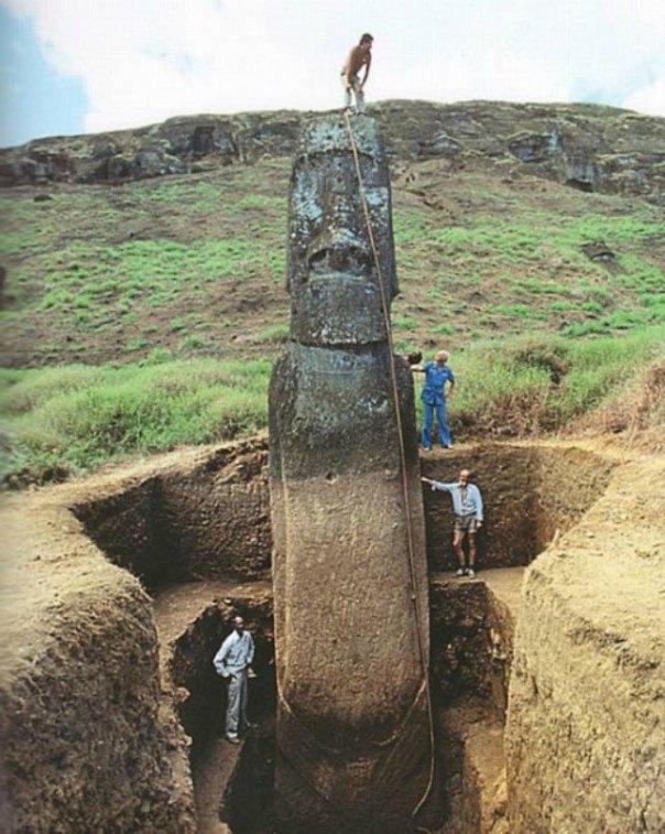 Excavaciones en la Isla de Pascua: en la fotografía se aprecian las verdaderas dimensiones de un moái. (Derekitou/CC BY-SA 4.0)