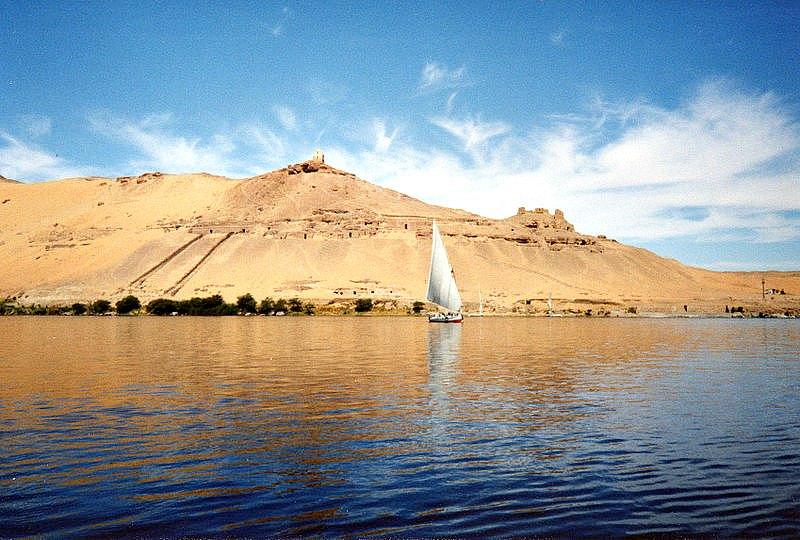 Faluca surcando el Nilo en la región de Asuán, Egipto. (Alchemica/GNU Free)