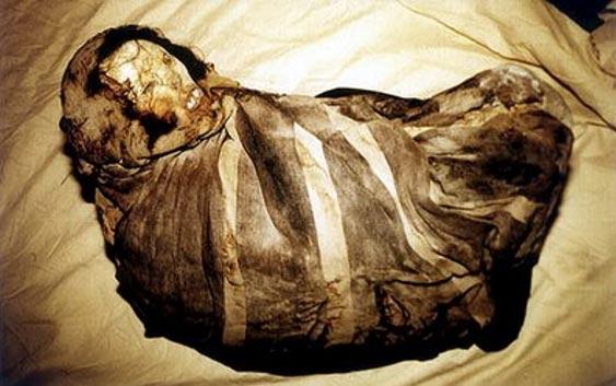 Momia Juanita antes de ser retirada la envoltura de su cuerpo. (Fair Use)