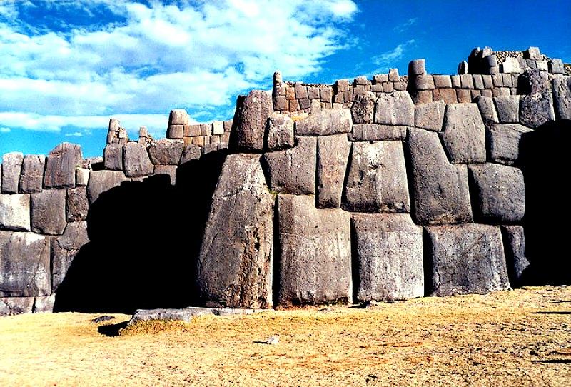 Aspecto de uno de los muros de la antigua fortaleza de Sacsayhuamán. (Fotografía: Código Oculto).