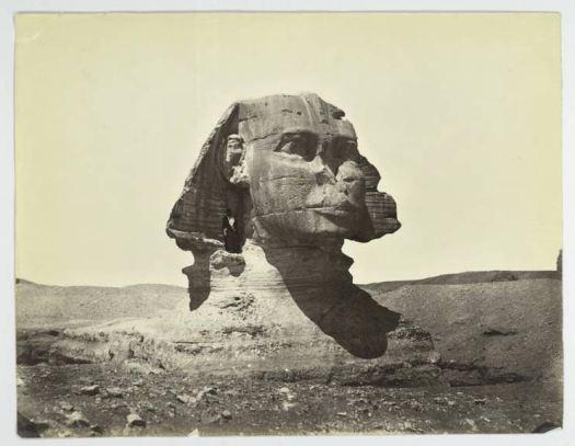 La Gran Esfinge en el año 1867. Obsérvese su estado, aún sin restaurar, con su cuerpo parcialmente enterrado y el hombre de pie bajo su oreja. (Public Domain)