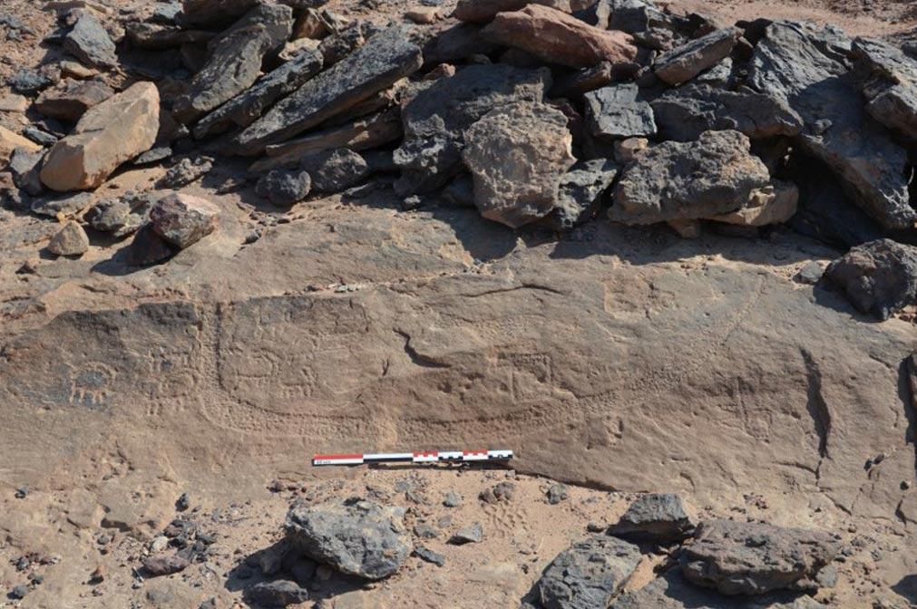 Imagen de una barca junto a diversos animales hallada entre los antiguos grabados realizados sobre las paredes de roca del Desierto del Sinaí. (Pierre Tallet)